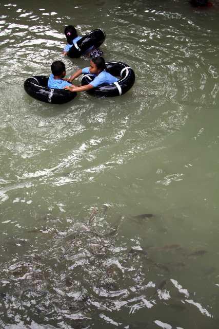 Pengunjung Berenang Dan Bermain Di Sungai Yang Masih Dalam Satu