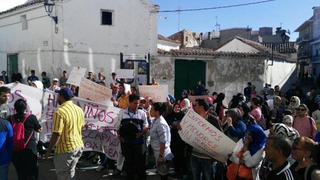 Los vecinos de la calle Toledo, 15 en una protesta frente al Ayuntamiento de Parla. / R.