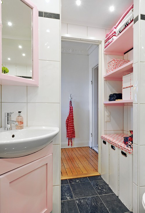Vista del lavamanos y lugar de guardado en el baño