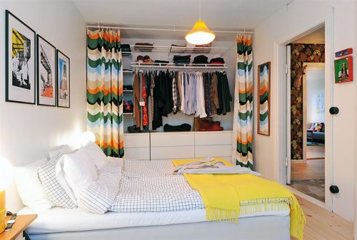 Placard con coloridas cortinas en el dormitorio principal