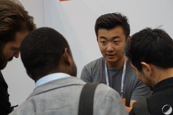 Carl Pei, toujours, entrain de discuter avec des visiteurs du WebSummit