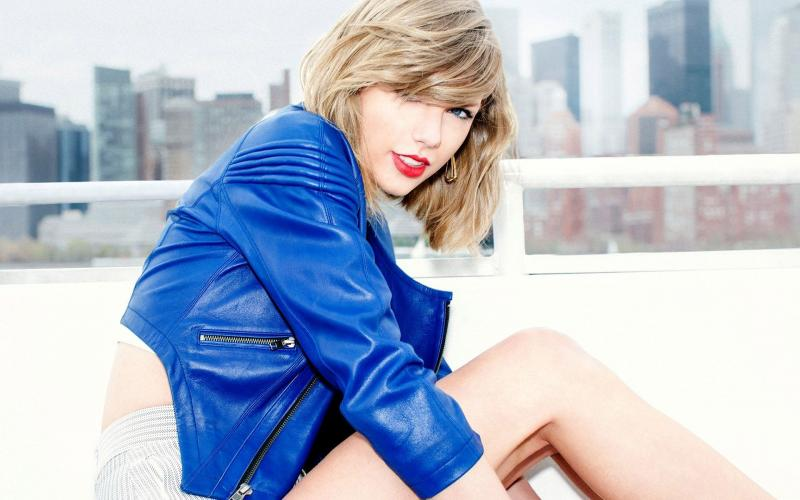 Cute Roses Wallpapers Download Hd Taylor Swift Wearing A Blue Jacket Wallpaper Download