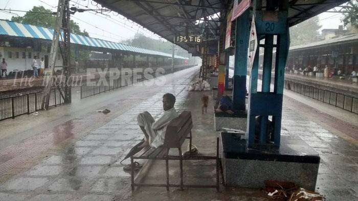 Rain Fall Live Wallpaper Live Western Railway Resumes Services But Mumbai Braces