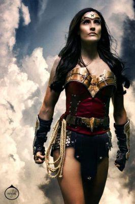 WONDER WOMAN Rocks 4 Brutal Weapons and Comic Suit in BATMAN V ...