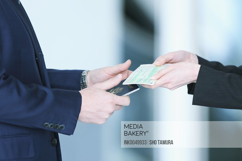Mediabakery - Photo by Ink Images - Business people exchanging