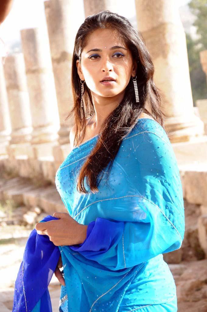 Saree Wali Girl Wallpaper Anushka Shetty Sizzling Look Still Anushka Shetty Hot