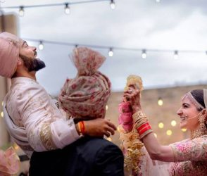 વિરાટે અનુષ્કાને હાર પહેરાવા ના દીધો, સગાઇથી લઇ લગ્નની ખાસ મોમેન્ટનો Video
