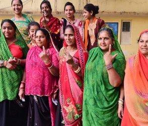 વહેલી સવારે ગુજરાતના મતદારોનો મિજાજ જુઓ Photosમાં, જુઓ કોણ કોણ પહોંચ્યું