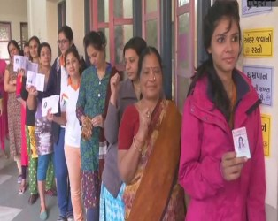 ગુજરાતમાં પહેલા ચરણનું મતદાન પૂરુ થયું, 977 ઉમેદવારોના ભાવિ EVMમાં સીલ