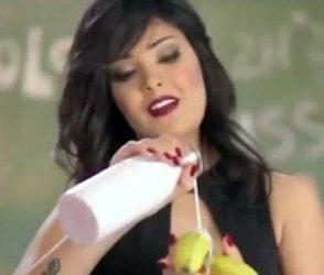 અન્ડરવેરમાં કેળું ખાતી પોપ સિંગરને કાયદાનો અપચો