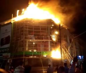 VIDEO: ગાંધીધામની મુખ્ય બજારમાં સાઇકલના શો રૂમમાં લાગી ભિષણ આગ
