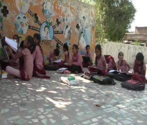 Video : ઉનાળાની કાળઝાળ ગરમીમાં વિદ્યાર્થીઓ ખુલ્લામાં ભણવા મજબુર
