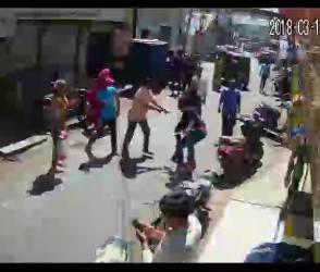 VIDEO: રાજકોટમાં લુખ્ખા તત્વો બેફામ, વેપારીને દુકાનમાં ઘૂસી માર્યો માર