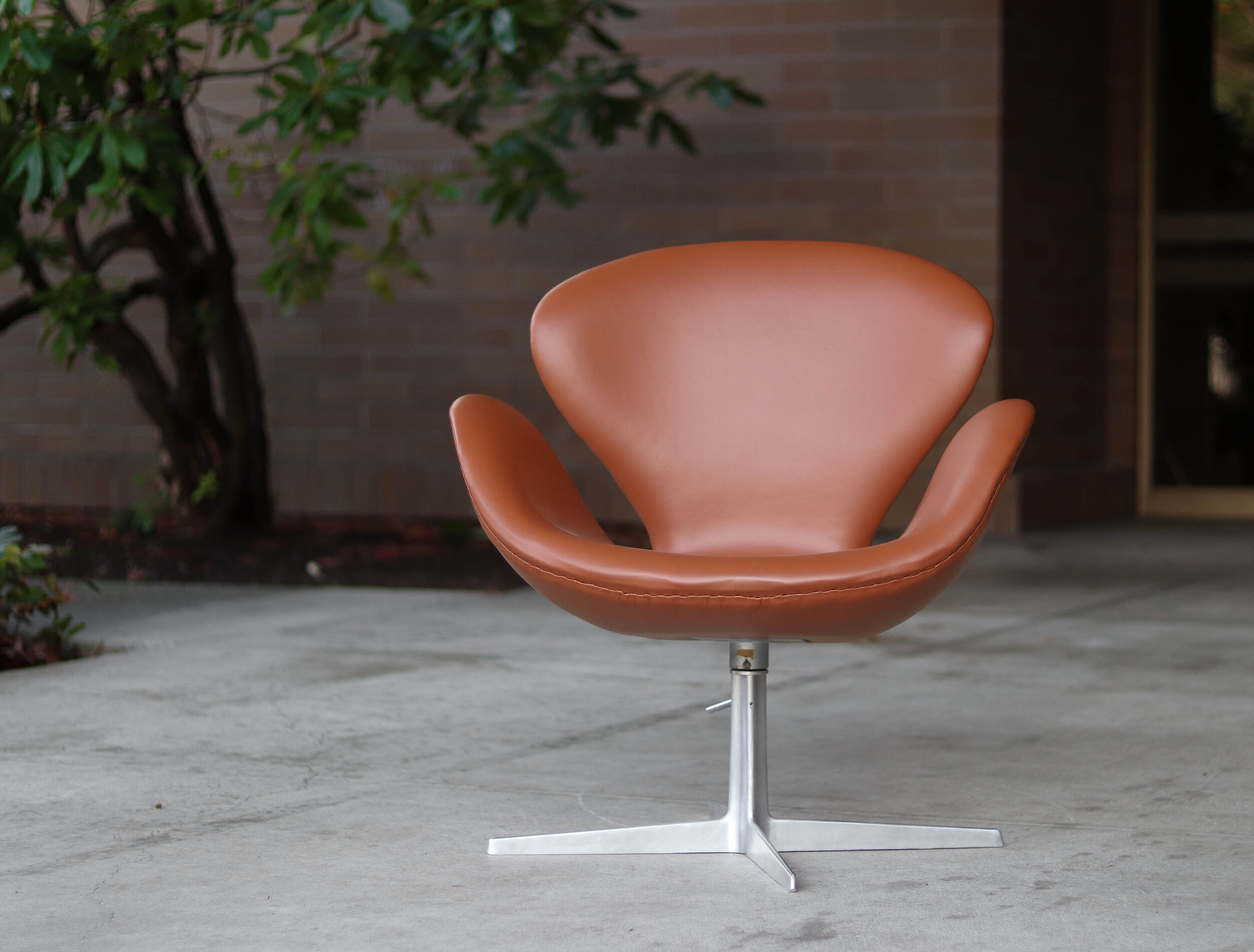 Early Vintage Arne Jacobsen Fritz Hansen Swan Chair In Cognac Leather Mid And Mod