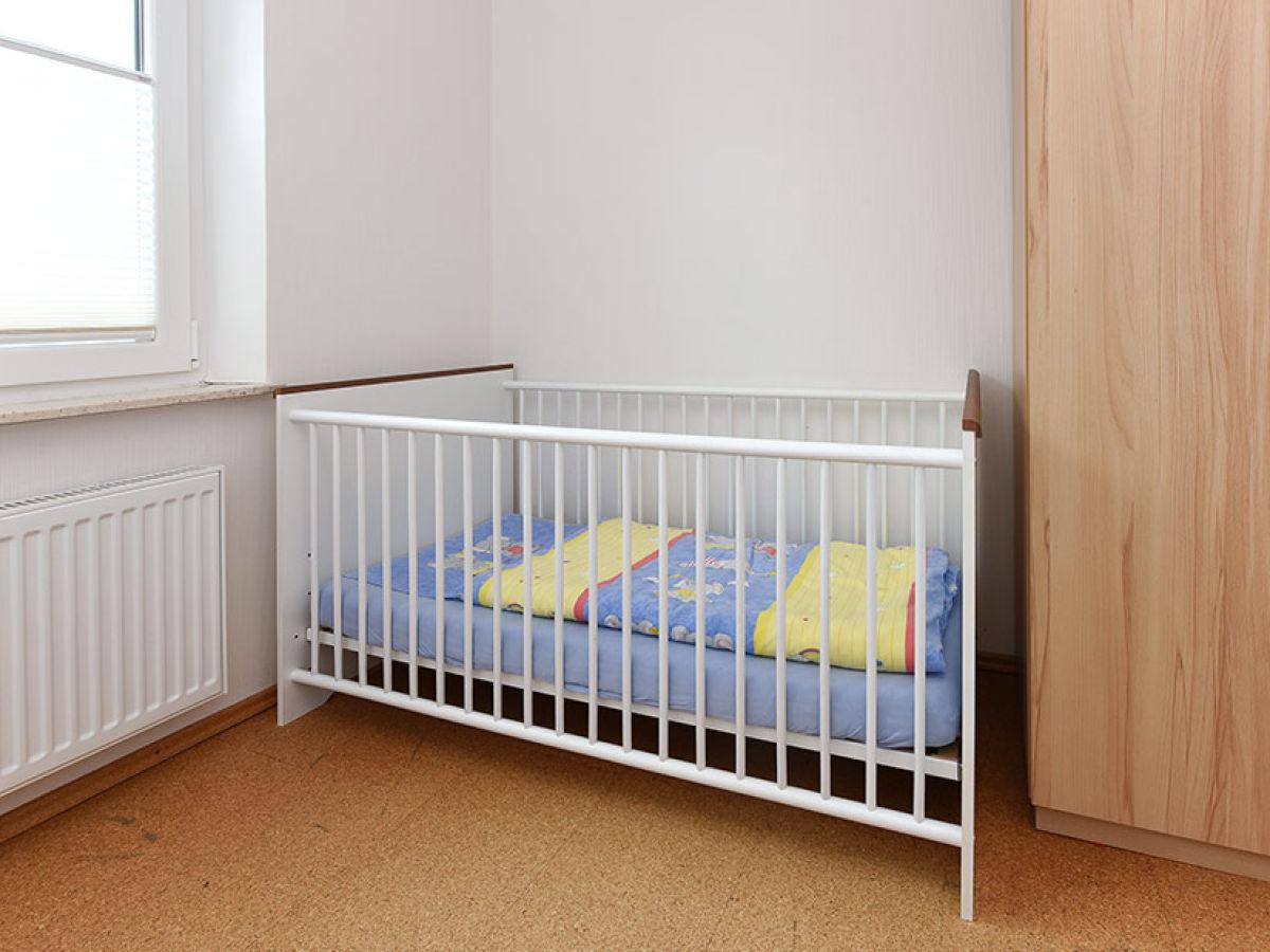 Schlafzimmer Mit Babybett   Babybett Im Schlafzimmer Ferienhaus Les Barbottieres Normandie