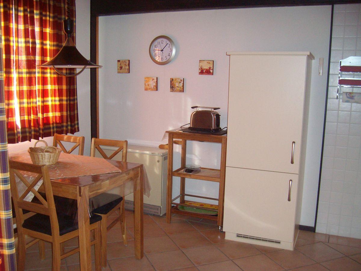 Retro Kühlschrank Ostermann : Geschlossene küche mit halbinsel ferienhaus ostermann halbinsel