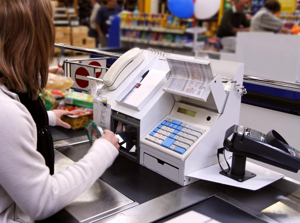 What does a Head Cashier do? (with pictures)