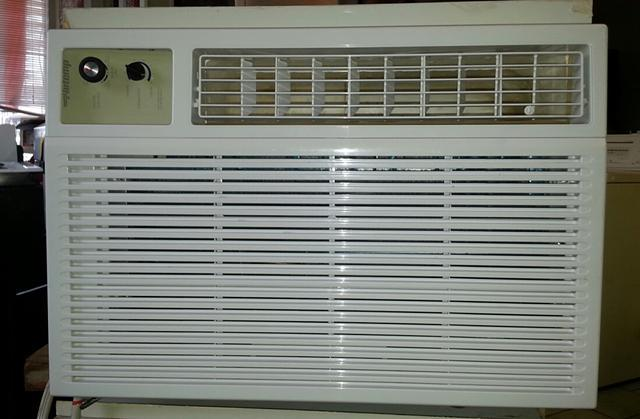 220 GE 24200 BTU Window Air Conditioner Cold Strong Air 2 Years Old
