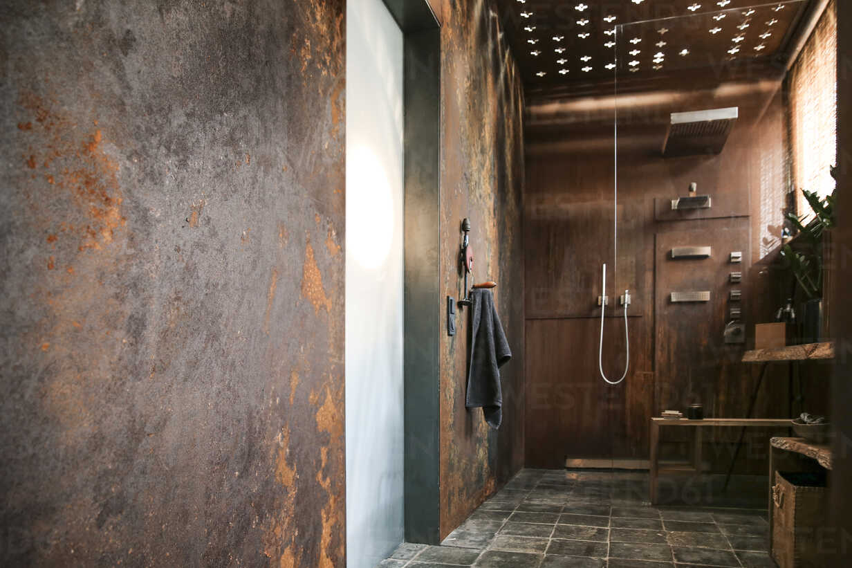 Modern Bathroom With Corten Steel Wall Cladding And Ceiling Light Effects Reaf00335 Realitybites Westend61