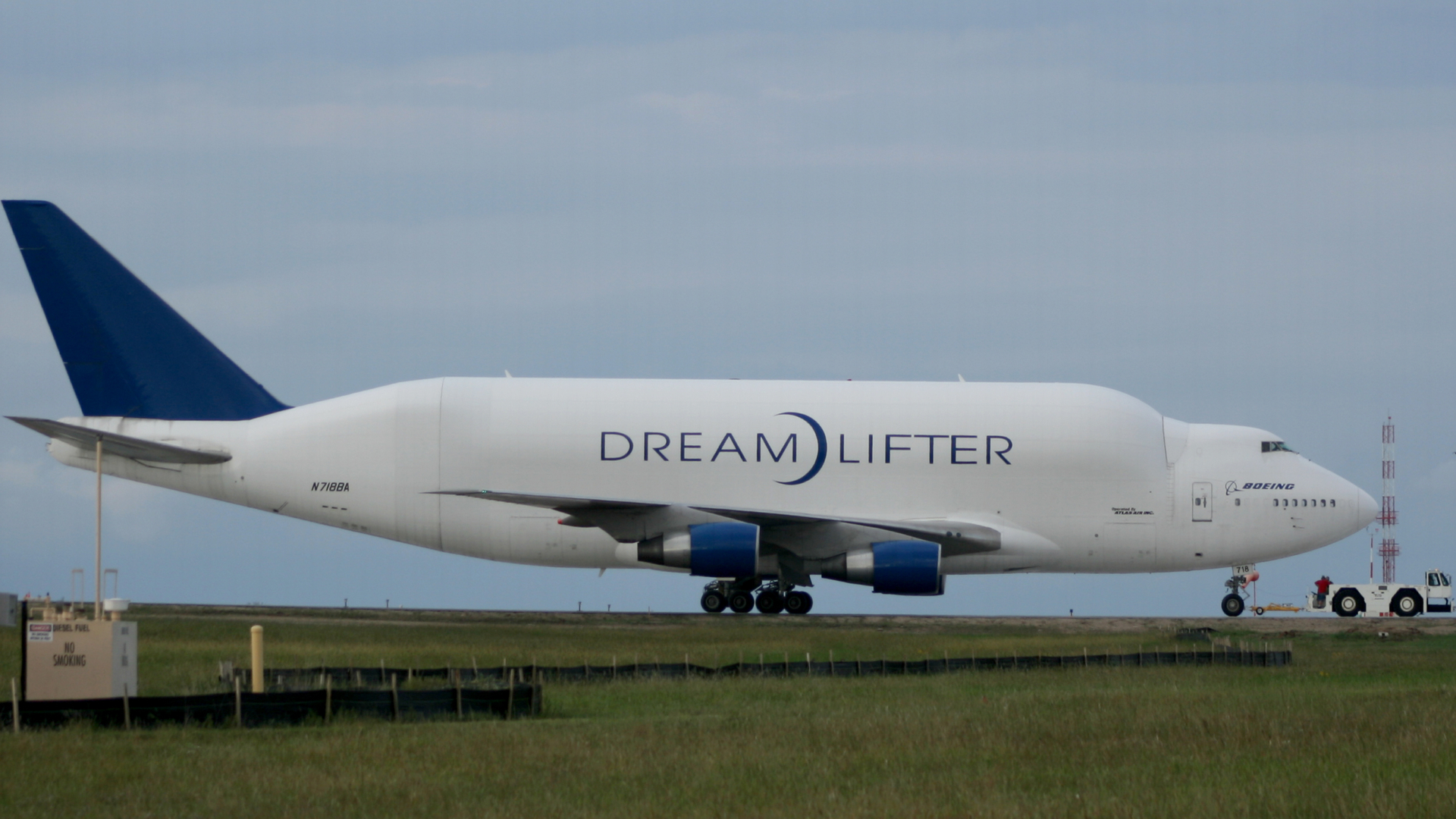 Airplane Wallpaper Iphone X Boeing Dreamlifter Hd Wallpaper Background Image
