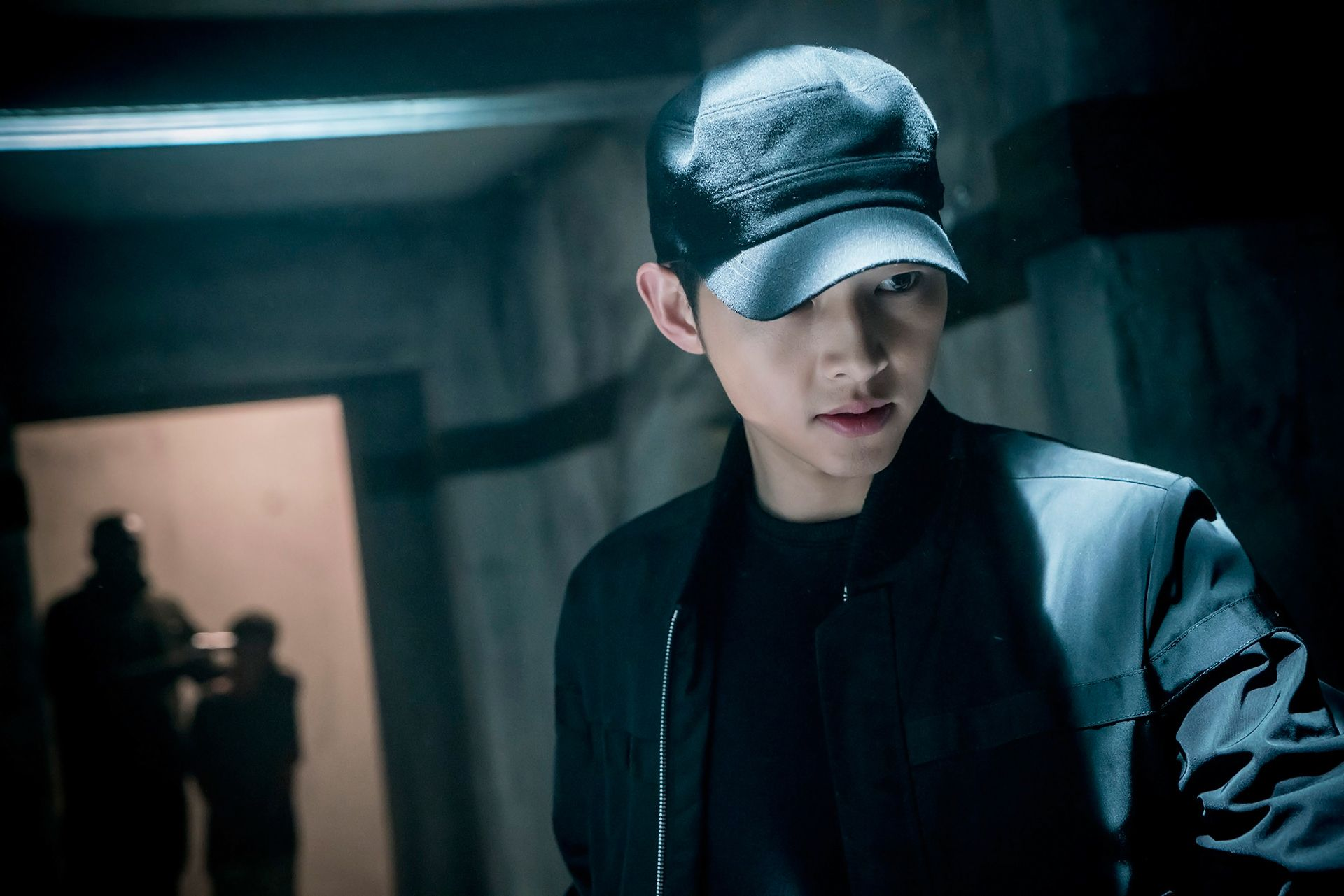 "Black Couch ""descendants Of The Sun"": Song Joong Ki Is A Man In Black"