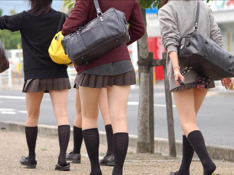 【パンチラハプニング画像】色んなハプニングが重なって永遠にパンツ見せちゃってる素人女性達w 01
