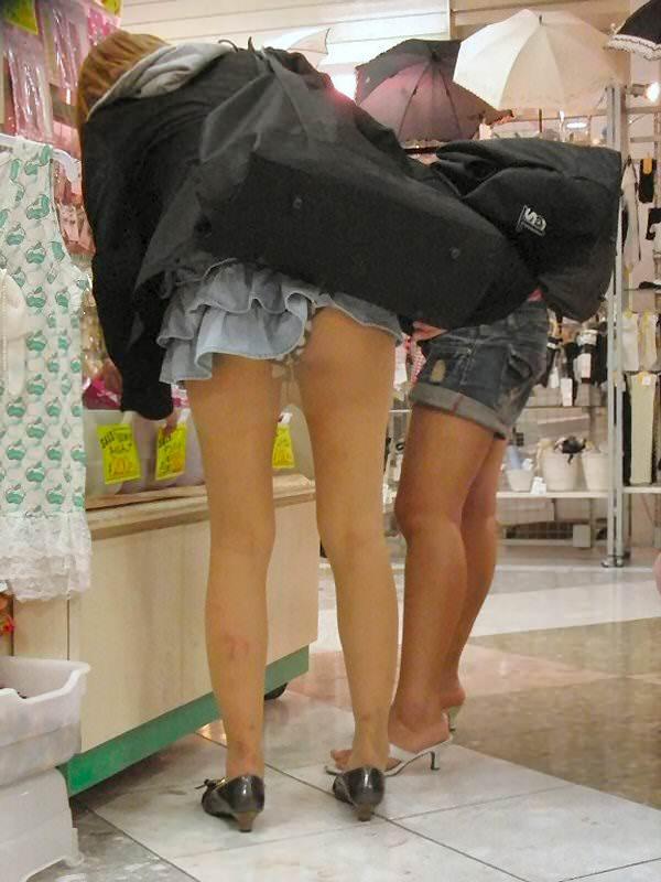 【パンチラハプニング画像】色んなハプニングが重なって永遠にパンツ見せちゃってる素人女性達w 17