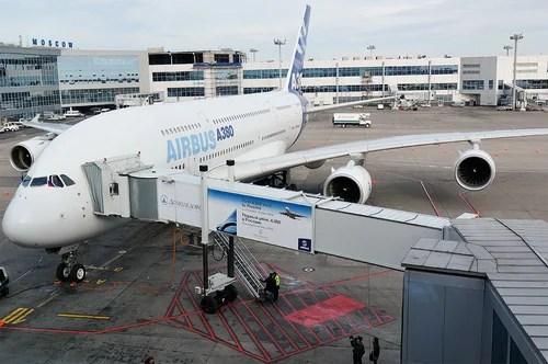 Аэробус А380 на фоне домодедова