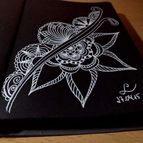 Рисунок белой ручкой на черном листе