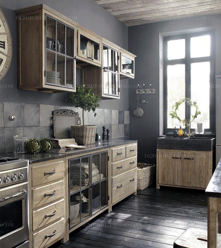 Un plan de travail en contraste avec les meubles de la cuisine