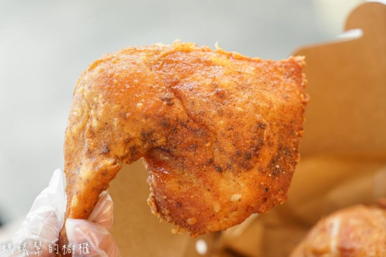 炸雞的行家-半雞八兩|員林薄皮酥脆多汁炸雞!獨家配方醃料,中午就能吃到美味炸雞,再來杯鹹檸七超合拍!