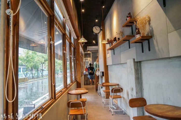 彰化員林樂居咖啡   員林咖啡館精選,咖啡店吃美味滷味,簡約輕鬆工業風裝潢,像公車停等站的咖啡BAR。