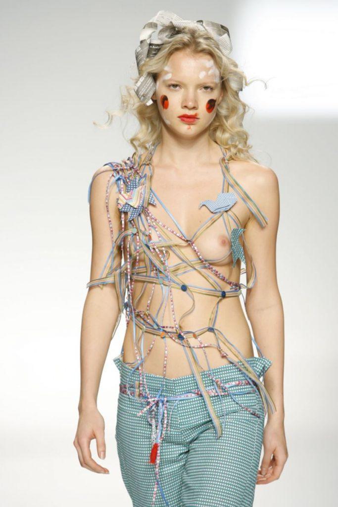 ファッションショーで乳首出てるんですがwww