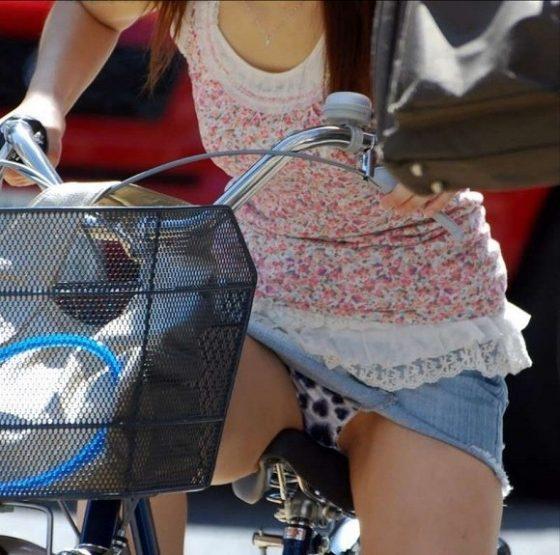 【H,エロ画像】自転車のデルタゾーンがぐぅシコだわwwwwwwwwwパンツ丸見えだろうwwwwww