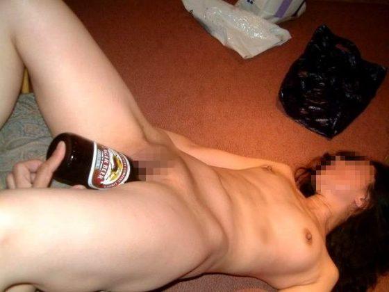 DQN飲み会…泥酔女子のオマンコにビール瓶突っ込んでたり無茶苦茶でワロタwwwww(画像あり)