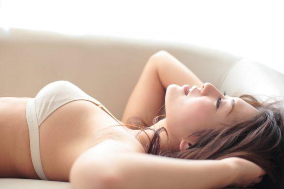 ワキ舐め不可避!綺麗なワキをお持ちの美女のエロ画像wwwww