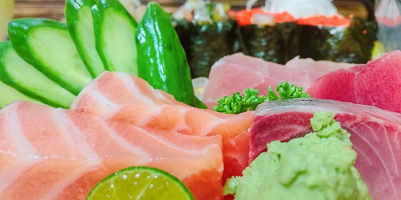 【台北】。龍山寺捷運菜市場裡的日式壽司10元起跳!生魚片超厚的