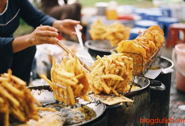 banh chuoi banh khoai Những món ăn đường phố giá rẻ ở Hà Nội