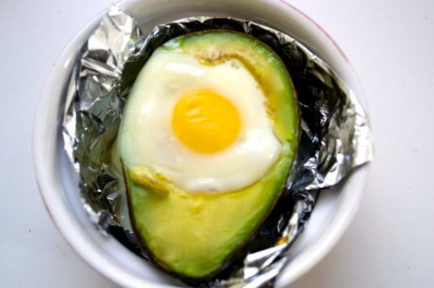 Huevo horneado dentro de un aguacate