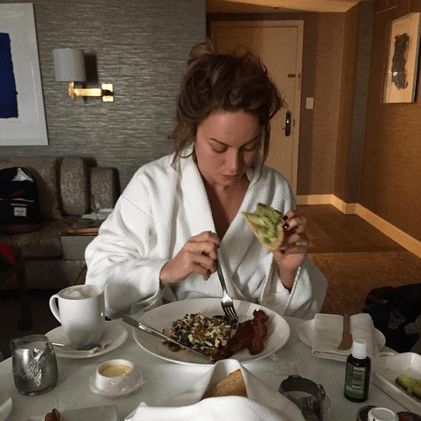 Mientras que Brie Larson disfrutó de unas tostadas con aguacate para comenzar la noche.