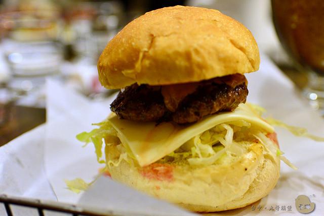 【美食】臺中。逢甲商圈《大哥漢堡》大份量美式餐廳 (體驗) - 卡琳。摸魚兒趣