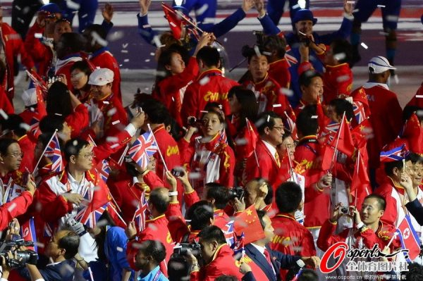 The Chinese delegation at the 2012 London Olympics closing ceremony, taking photos.