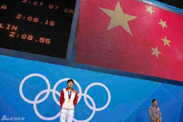 China's Ye Shiwen (L) stands with her gold medal on the podium, next to bronze medallist Caitlin Leverenz of the U.S., during the women's 200m individual medley victory ceremony at the London 2012 Olympic Games at the Aquatics Centre July 31, 2012.    REUTERS/David Gray