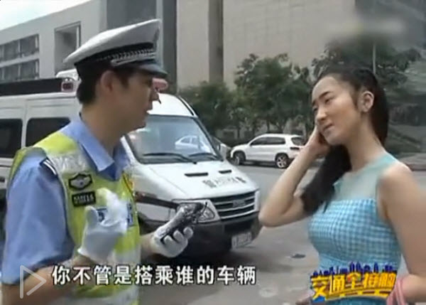 Traffic Officer Zhang admonishing the female passenger for not wearing her seatbelt.