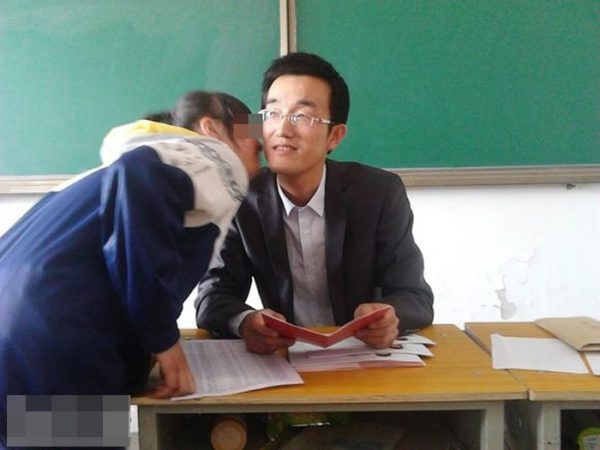 A female student is kissing teacher Zhang.