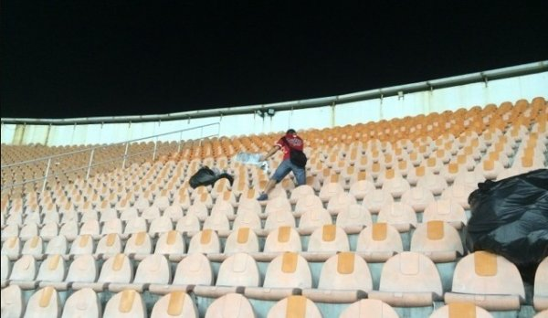 chinese-guangzhou-evergrande-football-fans-clean-up-after-themselves-litter-garbage-04