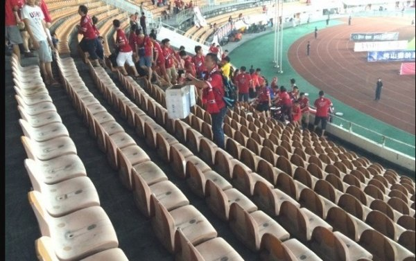 chinese-guangzhou-evergrande-football-fans-clean-up-after-themselves-litter-garbage-06