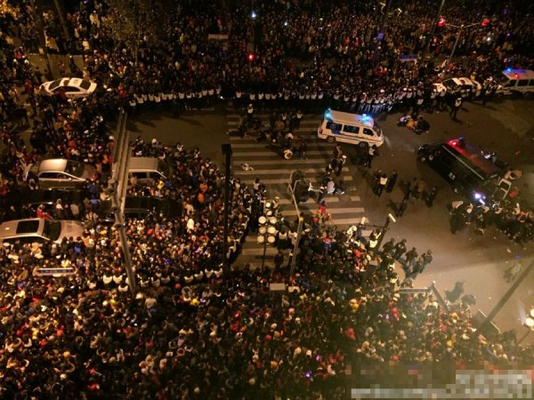 2014-2015-new-years-eve-countdown-shanghai-bund-crowds-trampling-04