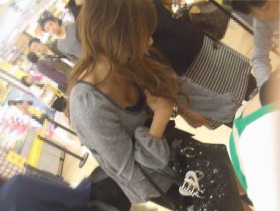 買い物中の主婦の無防備姿の盗み見エロ画像32枚
