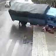 【閲覧注意】トラックに激突!引きずられてトドメに下敷き・・・